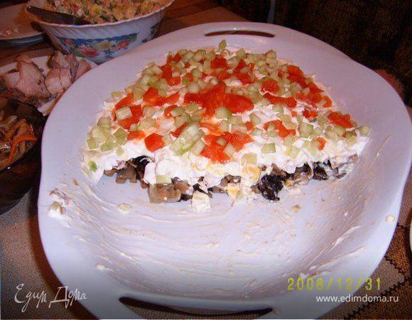 Салат с грибами, курицей и черносливом