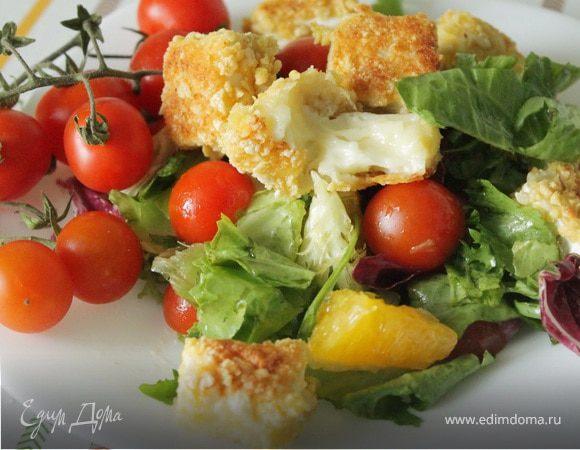 Салат с теплым камамбером