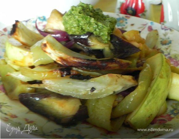 Салат из запеченных овощей с соусом песто