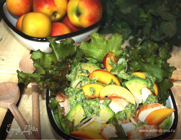 Салат с нектаринами,авокадо и курицей под мятным песто
