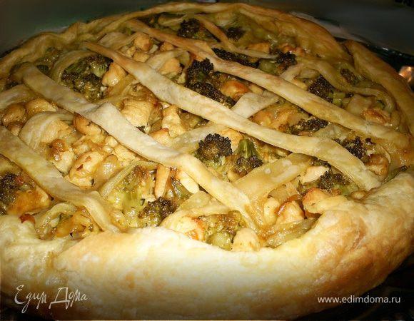 Пирог из слоеного теста с брокколи и курицей