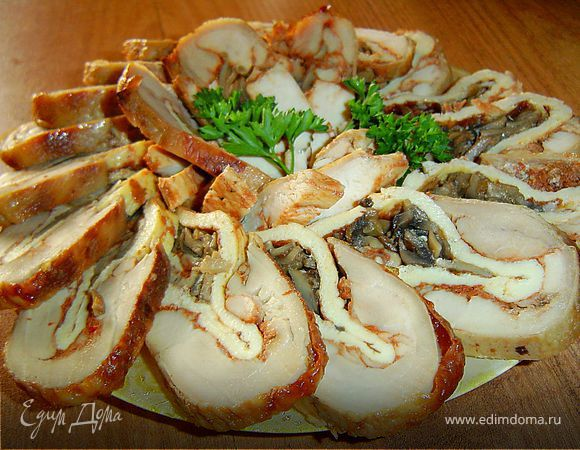 Рулет из курицы с омлетом и грибами