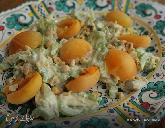 Салат с курицей, абрикосами и фундуком