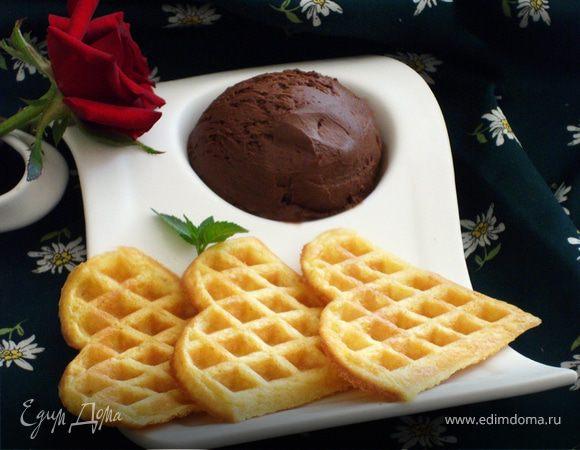 Вафли с шариком шоколадного мороженого