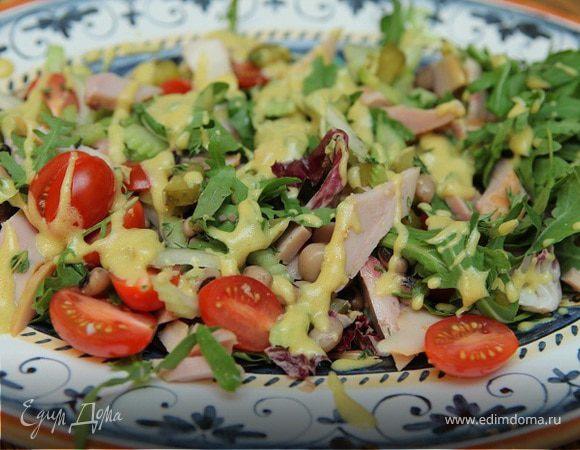 Салат с индейкой, фасолью и огурцами