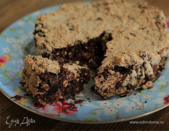 Пирог с сухофруктами, миндалем и шоколадом