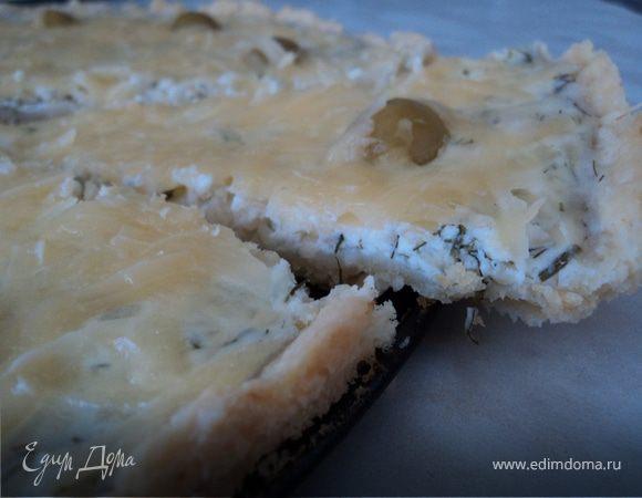 Открытый пирог с двумя видами сыра