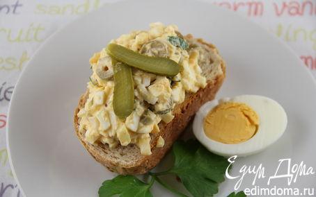 Рецепт Яичный салат с оливками, корнишонами и горчицей