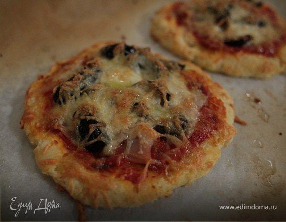Мини-пиццы с копченой индейкой и оливками