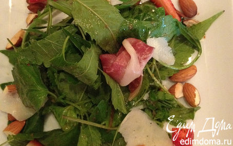 Рецепт Салат с орешками, хамоном и клубникой