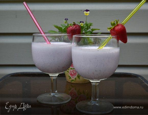 Коктейль клубнично-голубичный на йогурте
