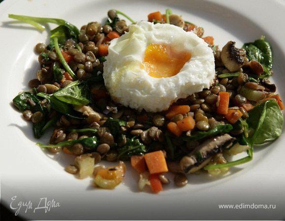 Салат из чечевицы с овощами, шампиньонами и жареными яйцами