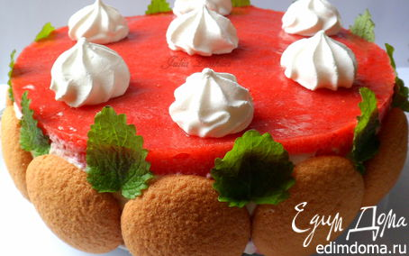 Рецепт Легкий торт из печенья, творожно-сливочного крема, клубники, клубничного мусса и безе