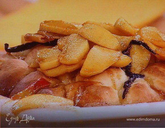 Сдобные заливные булочки с глазированным яблоком