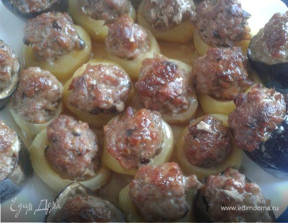 Картофель и баклажаны, фаршированные свиным фаршем, беконом и грибами шиитаке
