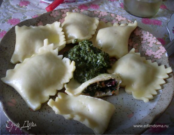 Равиоли с листьями свеклы и мягким козьим сыром с вялеными помидорами