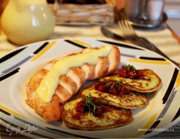 Куриные грудки с яблочным соусом и кабачковыми оладьями