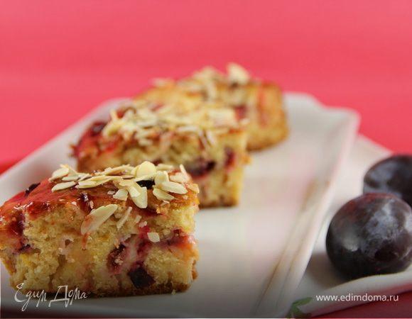 Сочный пирог со сливами и марципаном