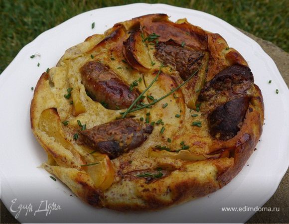 Домашние колбаски, запеченные в тесте с яблоками