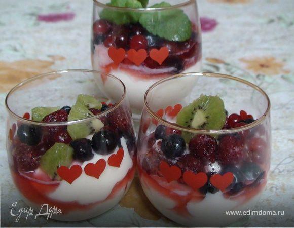 Разноцветные бокалы с лесными ягодами (Coppa variegata ai frutti di bosco)