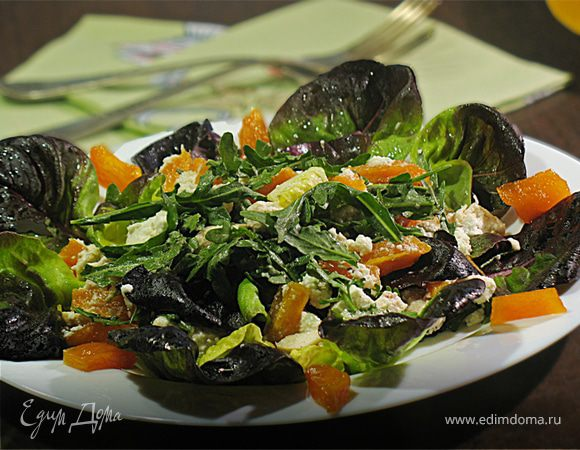 Салат из карамелизированной тыквы, куриной грудинки и сыра