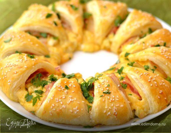 Порционный пирог-венок с беконом, сыром и яйцом