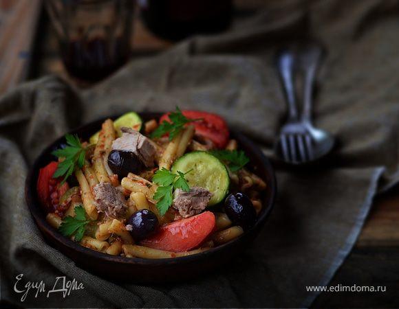Теплый салат из пасты с овощами и тунцом
