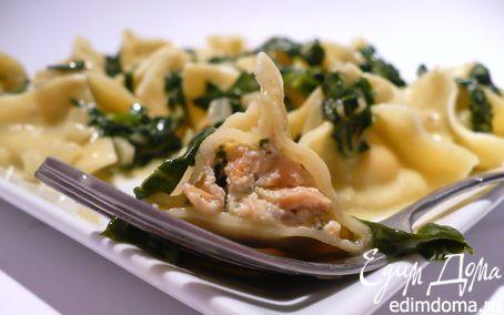Рецепт Закрытые макароны с начинкой из сливочного копченого лосося под сливочно-винным соусом со шпинатом