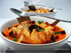 Суп из запеченных томатов с луком-бальзамик и копченым хлебом