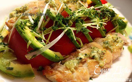 Рецепт Малое куриное филе под соусом гуакамоле с салатом из помидоров и авокадо