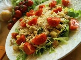 """Классический салат """"Цезарь"""" с одноименным соусом"""