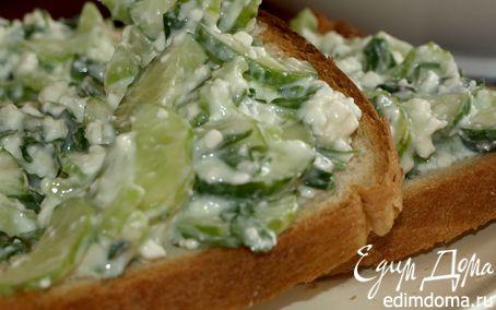 Рецепт Хлебные тосты с салатом из сельдерея, огурца и творога
