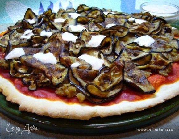 Пицца с томатным соусом и баклажанами