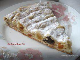 Кольцевой пирог с айвой, сухофруктами и орехами
