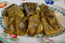 Сулугуни, запеченный в виноградных листьях