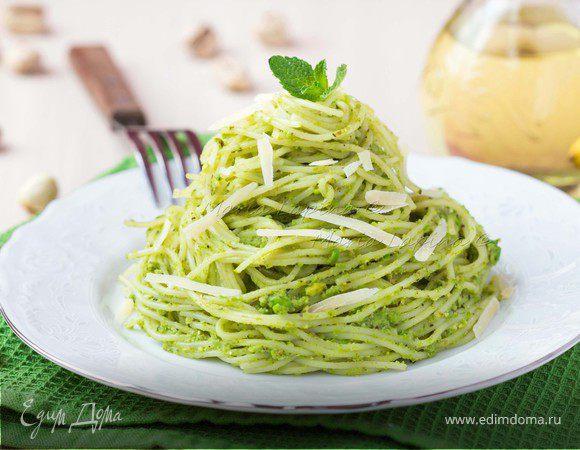 Спагетти с соусом песто из зеленого горошка, фисташек и мяты