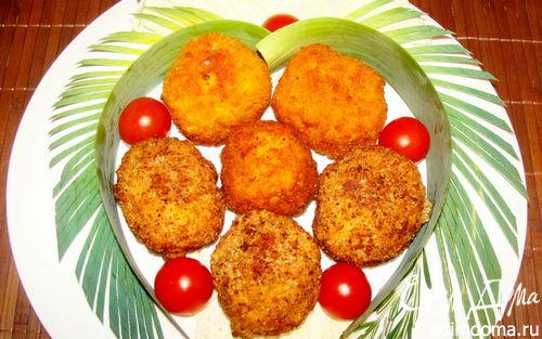 """Рецепт Сырные шарики с начинкой в ореховой панировке под """"пьяной"""" клюквой"""
