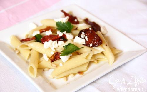 Рецепт Салат с пенне ригате, вялеными томатами и кедровыми орешками