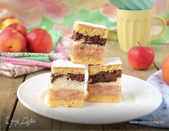 Яблочная шарлотка под двухцветным бисквитом