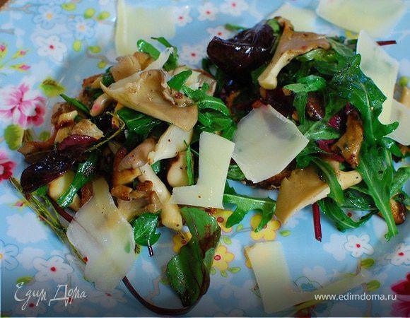 Жареные грибы на тостах