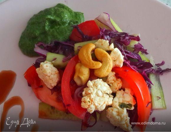 Салат с сыром и зеленым соусом