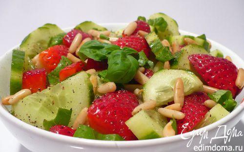 Рецепт Огуречный салат с клубникой и кедровыми орешками