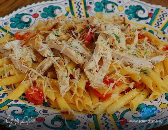 Теплый салат с курицей, макаронами и сладким перцем