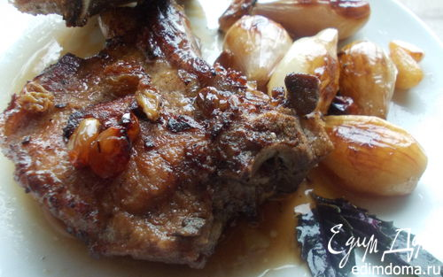 Рецепт Свиная котлета на кости с луком, изюмом и базиликом