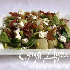 Салат с дыней, фетой, хрустящим беконом и фисташками