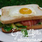 Сэндвич с яйцом, семгой и авокадо
