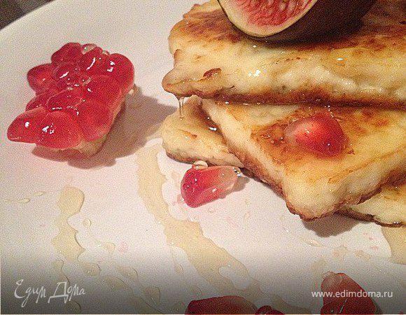 Жареный сыр с медом и фруктами