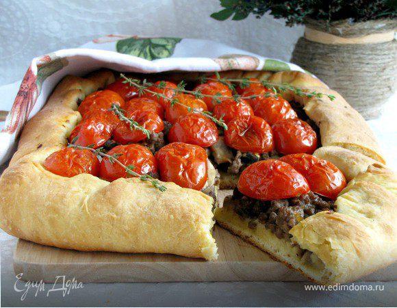 Открытый пирог с бараниной, грибами и помидорами