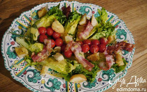 Рецепт Салат с помидорами черри, беконом и крутонами