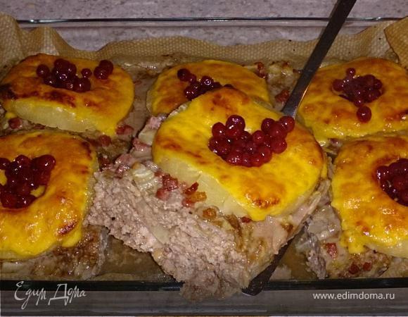 Мясная запеканка с ананасом, сыром и брусникой